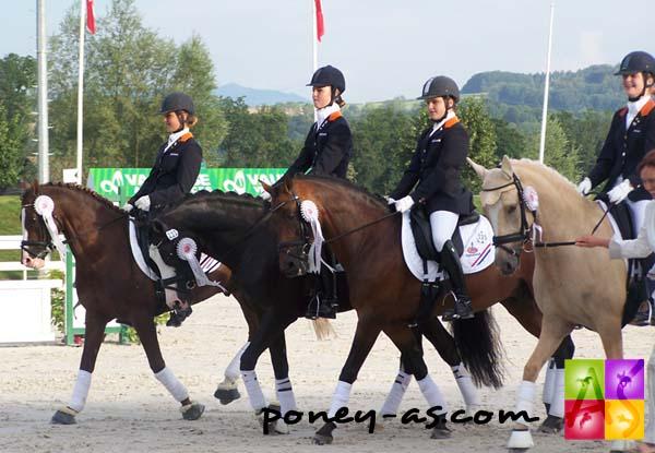L'équipe néerlandaise récompensée pour leur médaille d'argent, photo Pauline Bernuchon