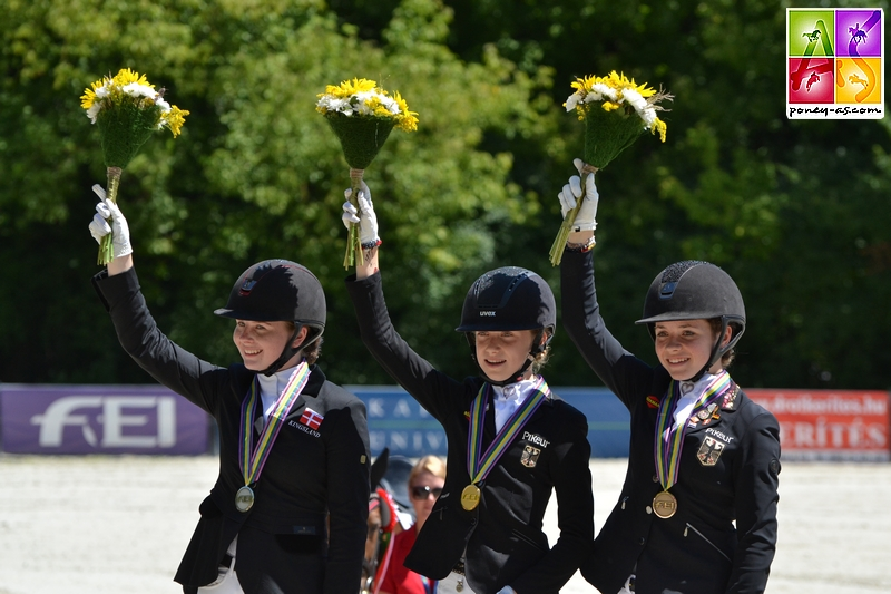 Podium de la reprise individuelle de Dressage. Or : Lucie-Anouk Baumgürtel (Ger) Argent : Louise Christensen (Den) Bronze : Jana Lang (Ger) - ph. Pauline Bernuchon
