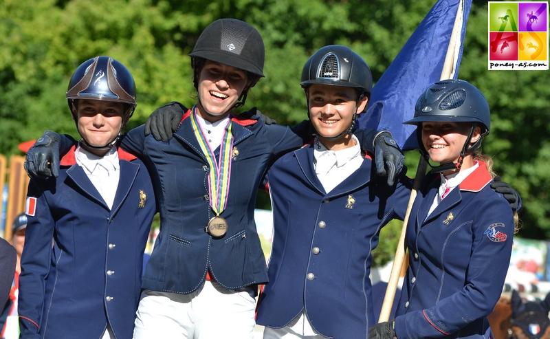 Liloï, médaillée d'or par équipes aux côtés de Lisa, Gaétan et Alban - ph. Pauline Bernuchon