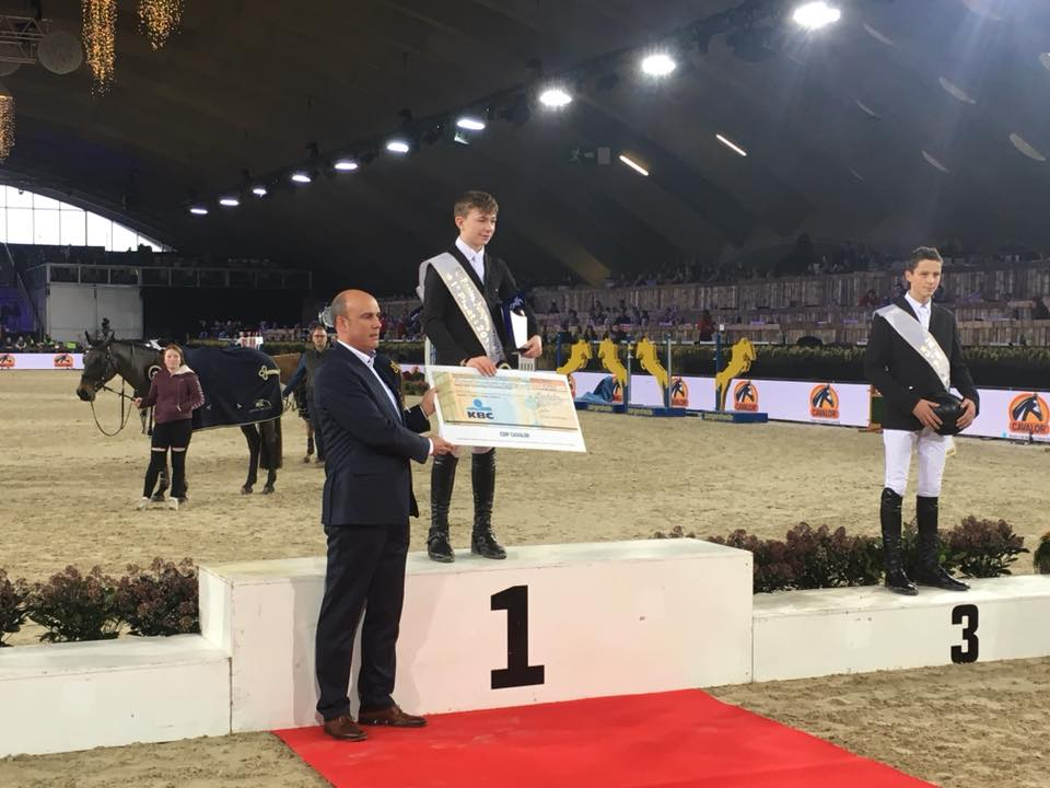 Seamus Hugues-Kennedy récompensé pour sa victoire dans le FEI World Pony Jumping Trophy 2017 - ph. coll. famille Kennedy