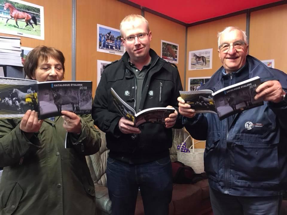 Sur le stand de l'ONP, les éleveurs Normands découvrent la nouvelle édition du Catalogue des étalons Poney As - ph. Poney As