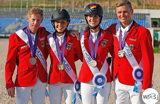 De gauche à droite, Marcus Ehning, Laura Klaphake, Simone Blum et Maurice Tebbel, médaillés de bronze à Tryon - ph. coll.