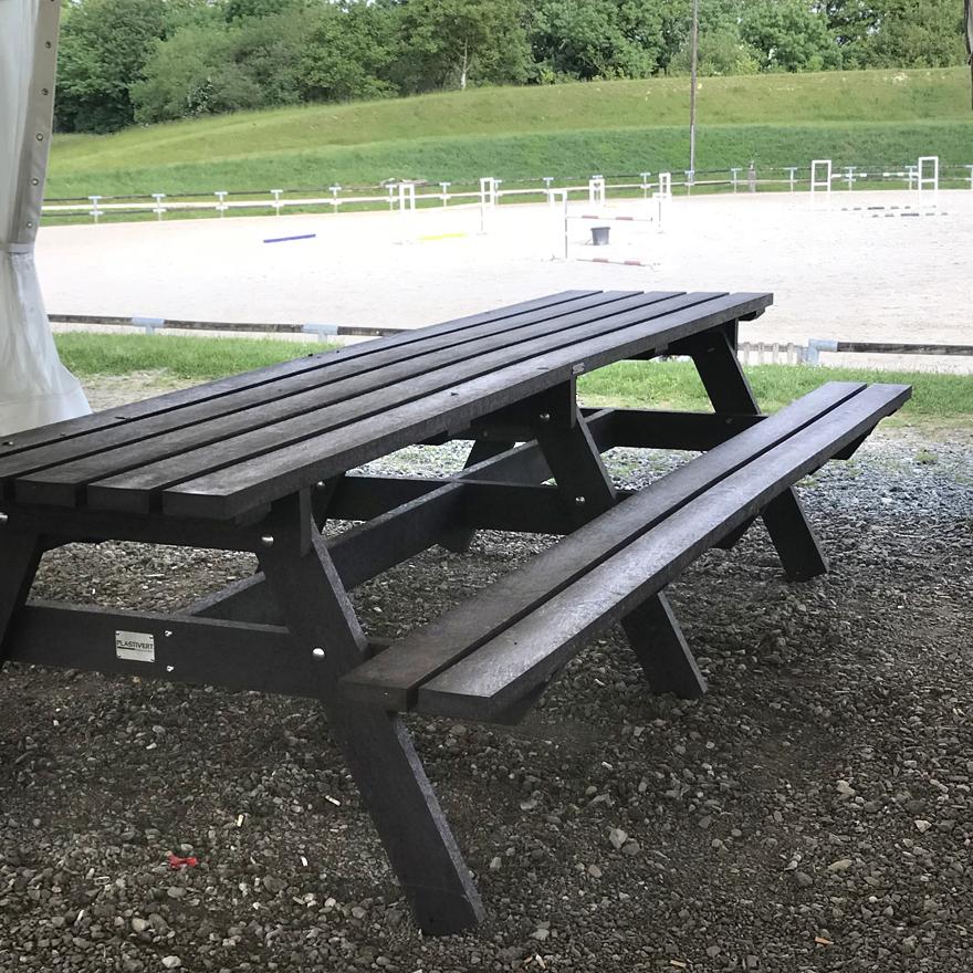 Table et assise en plastique - mobilier urbain