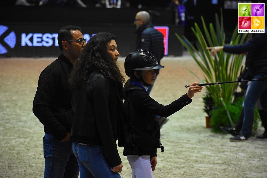 Lola Brionne à la reconnaissance entourée de sa grande soeur Sara et de son papa coach - ph. Poney As