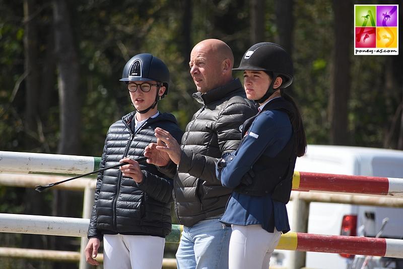 Renaud Madelaine et Rosalie Schmitt écoutent les conseilss de Philippe Barbot - ph. Poney As