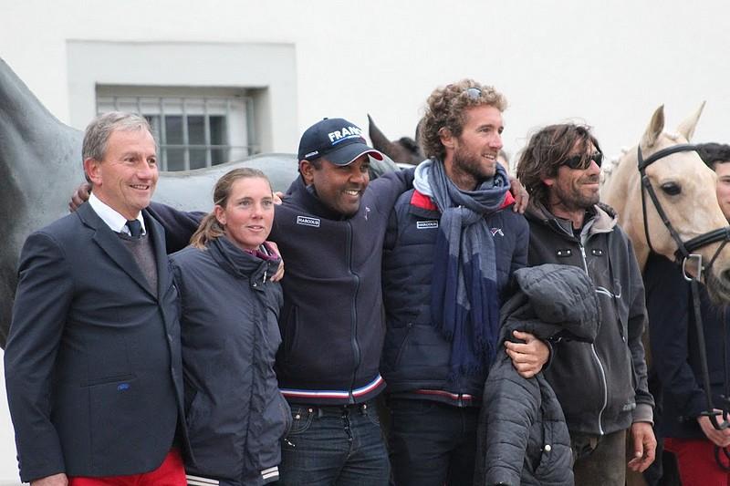 Emmanuel Quittet aux côtés des coachs des cavaliers - ph. Léa Fayol