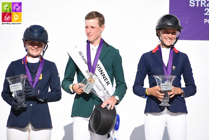 Le podium de la finale individuelle de CSO : Max Wachman, Holly Truelove et Ilona Mezzadri - ph. Poney As
