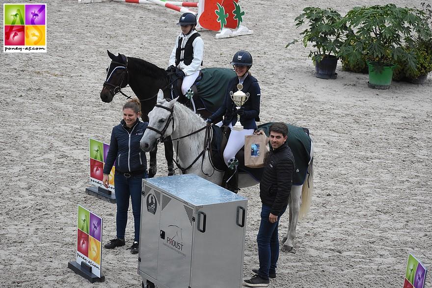 Grâce à sa victoire dans l'épreuve phare, Eponine Saunier repart avec une grande malle offerte par Lucie et Etienne Proust - ph. Poney As