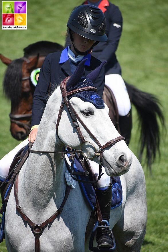 Superbe week-end pour Lola Brionne (ici en photo avec Clémentine). La jeune cavalière s'offre les 2 Grands Prix et fait un bon retour avec Valiant des Charmes – ph. Poney As