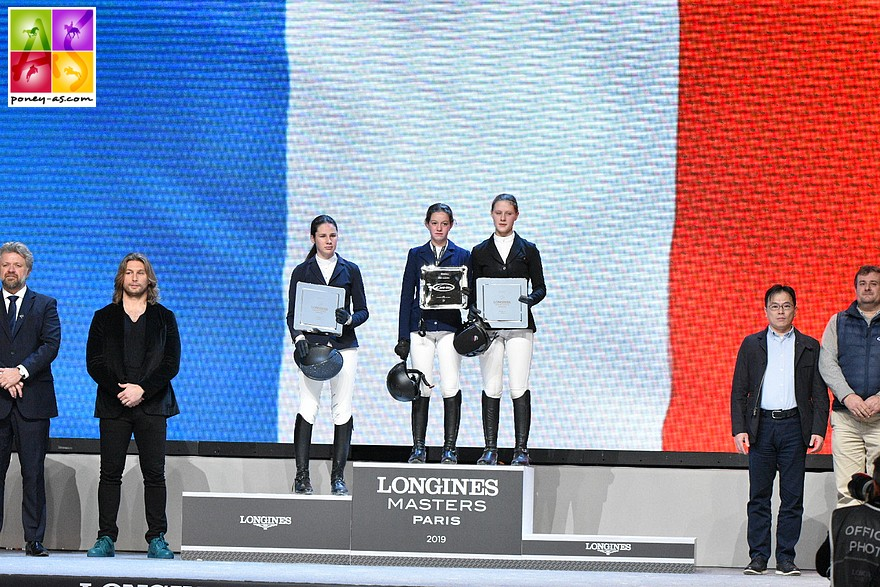 Deux tricolores sur le podium du premier Pony Masters de Paris : Jeanne Hirel, la gagnante et Romane Orhant, classée 3e - ph. Marine Delie