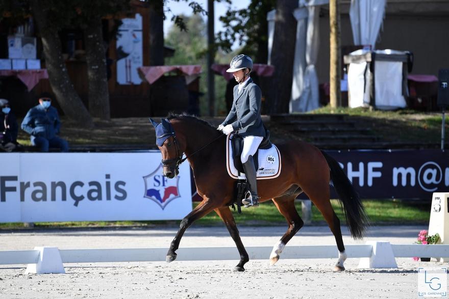 Le poney de selle Allemand Dude, monté par Corentin Pottier, est sacré champion des 4 ans - ph. Les Garennes