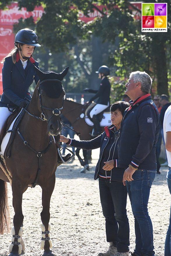 Jeanne et Armène à l'entrée de piste de la première manche des championnats d'Europe de Strzegom. Derniers conseils avec Marie-Reine Périé et Olivier Bost - ph. Poney As