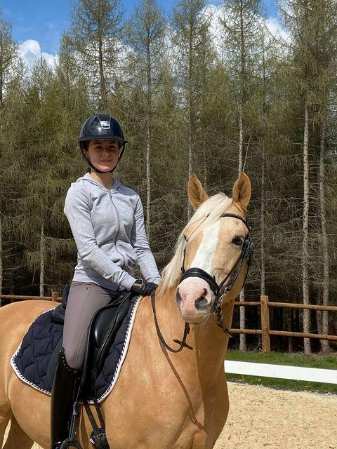 Anna Dupuy Pélardy et son poney Allemand Champomy. Ce week-end, le couple s'élance pour la première fois en compétition. Il est en Italie, au CDIP d'Ornago – ph. coll. privée
