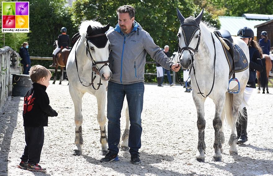 Kevin Dreydemy entouré des poneys de ses filles, Cheops des Embets et Boudchou de Bettegney  - ph. Poney As
