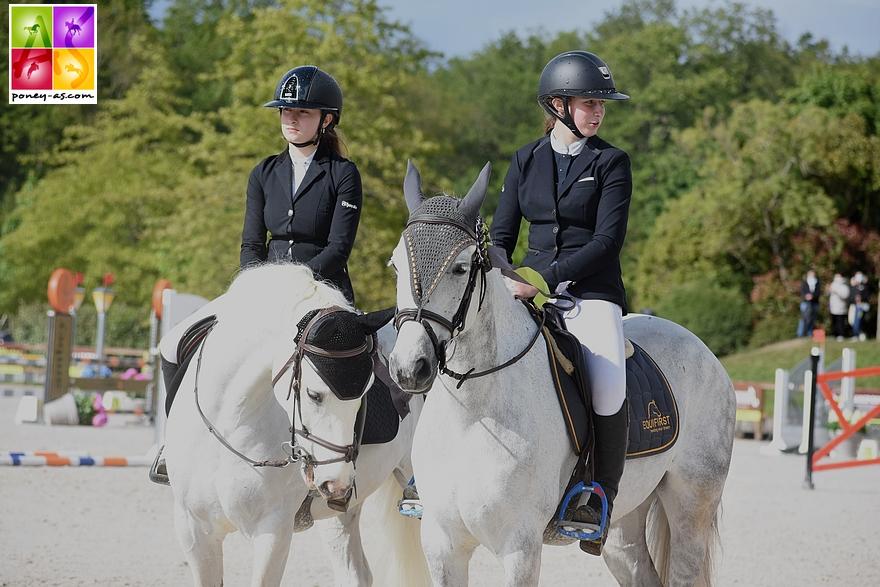 Remise des prix du Grand Prix As Excellence de la Super As de Pernay. De gauche à droite, Lisa (Cheops des Embets) et Léna (Boudchou de Bettegney), respectivement 3e et gagnante de l'épreuve - ph. Poney As