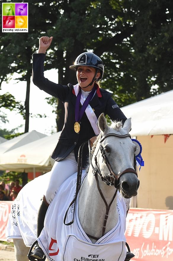 Anna Szarzewski et Vaughann de Vuzit pendant le tour d'honneur des championnats d'Europe par équipe. Août 2021 / Strzegom (Pologne) – ph. Poney As