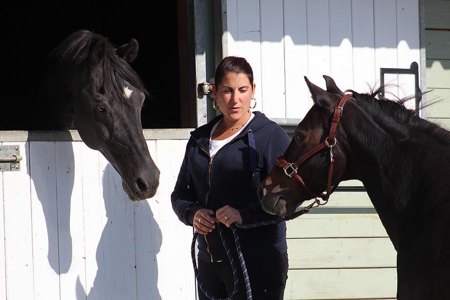 Miléna Le Guen entourée de Welcome Sympatico SL et Queen Sympatico Tilia - ph. coll. élevage Alias