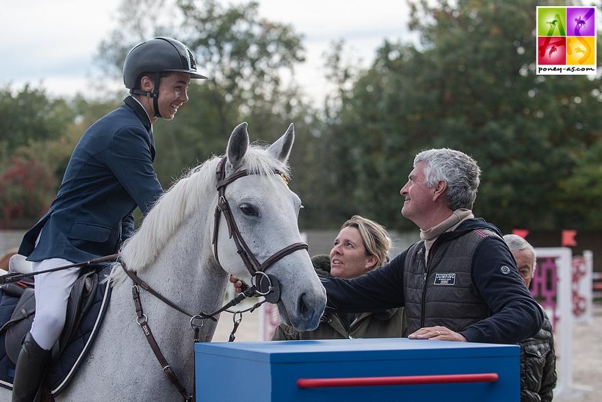 Olivier Bost récompense Nohlan Vallat et Daenerys d'Hurl'Vent, le couple vainqueur du Grand Prix As Excellence de Barbizon – ph. Marine Delie