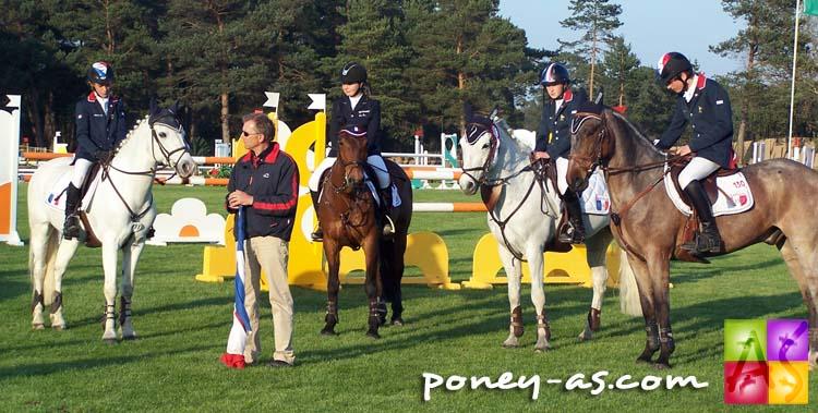 de gauche à droite : Axel (Joyau), Eva (Lancelot), Florine (Giovanni), Florian (Laudanum), entourent l'entraineur national Pascal Henry, photo Pauline Bernuchon