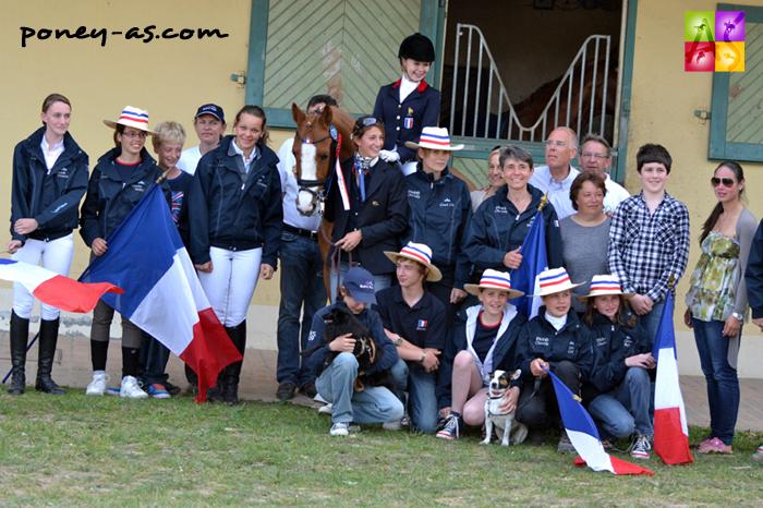 Album photo de Saumur. Cavaliers, poney (Tim), parents, selectionneur national, coachs, l'équipe de France Poneys de dressage est au complet !