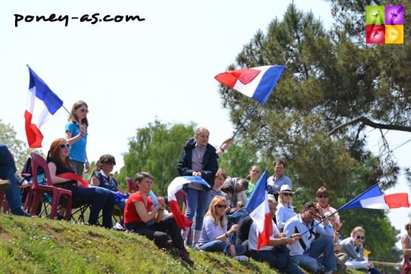 Parents, frères et soeurs, ils tenaient tous le drapeau français - ph. Pauline Bernuchon