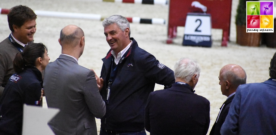 Le sélectionneur national Olivier Bost avec les hommes de pistes - ph. Poney As
