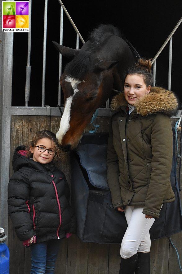 Sarah avec sa petite soeur Victoire et sa nouvelle jument Brigitte, préparée actuellement par son papa Rodrigue - ph. Poney As