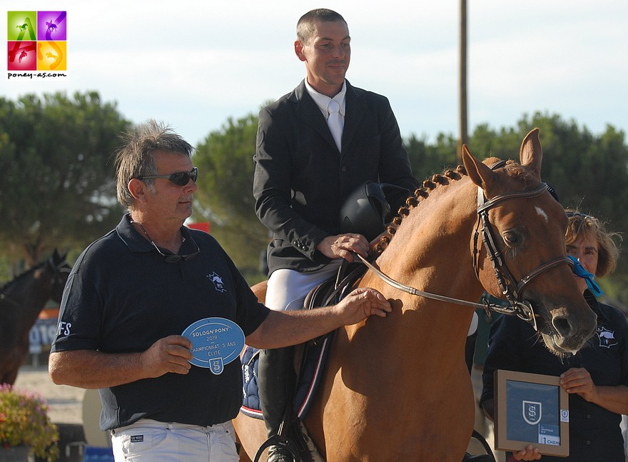 L'éleveur de Haute-Marne Pascal Sauvage, appelé à la remise des prix pour la 3e place dans la finale des 5 ans D de son étalon Etadam d'Odival - ph. Poney As