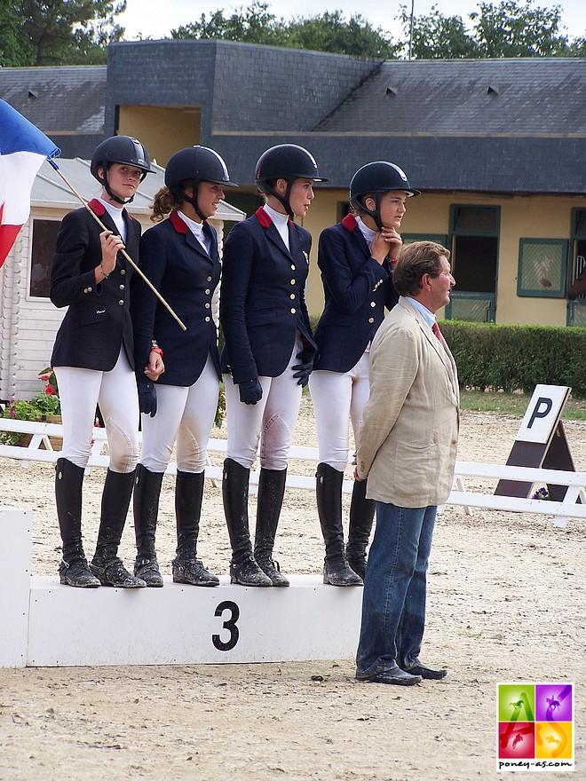 L'équipe de France est en bronze ! De gauche à droite : Morgane de Chastenet, Julia Dallamano, Daphné Ratzel et Rosalie Donze - ph. Poney As
