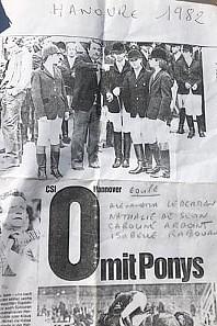CSIP Hanovre 1982 : Alexandra Ledermann, à droite, écoute les conseils de Roger Bost, alors entraineur national de l'équipe de France Poneys. A ses côtés : Nathalie de Sevin, Caroline Ardoint et Isabelle Rabouan – ph. coll. privée
