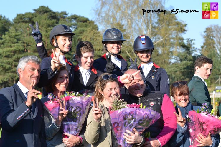 L'équipe de France 2015 sur la première marche du podium - ph. Poney As
