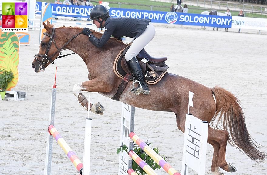 Divine Meniljean sort victorieuse de la finale Future Elite des poneys de 7 ans, pilotée à merveille par la cavalière professionnelle Valérie Rohmer - ph. Poney As