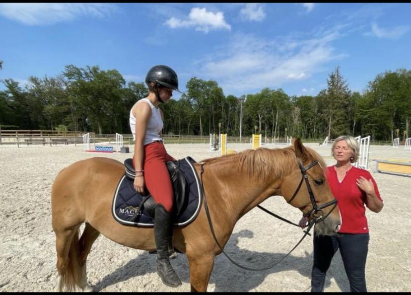 Cathy Lecomte, ancienne coach de renom de cavaliers de haut niveau, propose ses services de coaching mental aux jeunes cavaliers et sera disponible, en visio, pendant les championnats de France des As, au Mans